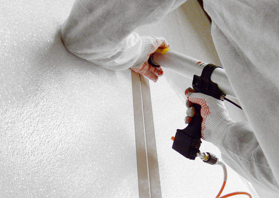 Montagefirma von hydewa montiert Paneel und zieht Fugen.